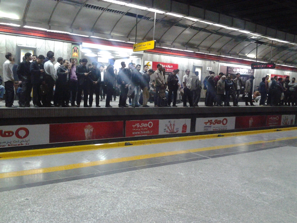 مسافرین جلوتر از خط قرمز مترو